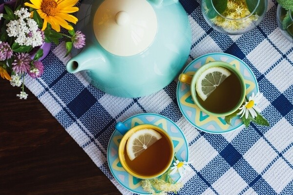 Tea pot and tea cups with flowers