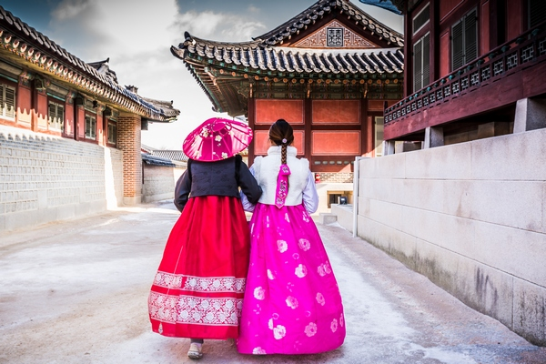 Korean women in traditional clothes